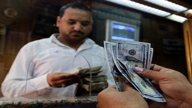 تراجع الدولار أمام الجنيه المصري والمركزي يعزوه لزيادة موارد البنوك