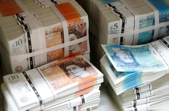 الإسترليني ينخفض مقابل الدولار لأدنى مستوى منذ أكثر من 10 سنوات