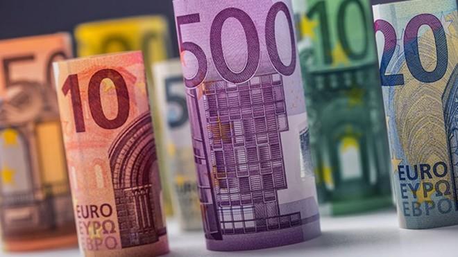 اليورو ينخفض وسط قلق حيال مشتريات المركزي الأوروبي للسندات