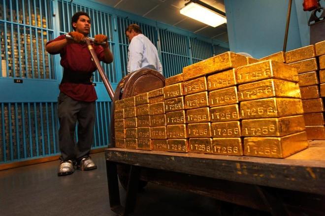 أول انخفاض أسبوعي للذهب منذ مطلع يونيو .. وعائدات سندات الخزانة تدعم الدولار