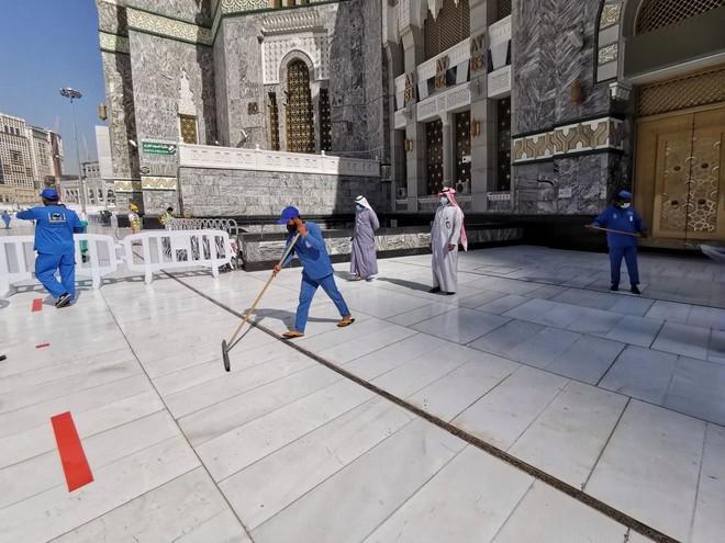 35 دقيقة لتعقيم المسجد الحرام