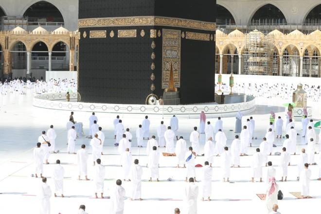 وسط تطبيق الإجراءات الاحترازية .. المصلين في المسجد الحرام يؤدون صلاة الجمعة