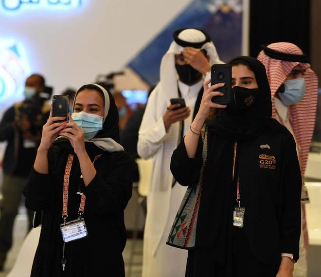 مشاعر فخر لدى الشباب السعودي المشارك في تنظيم القمة .. ذكرى تحفر في عقول العالم