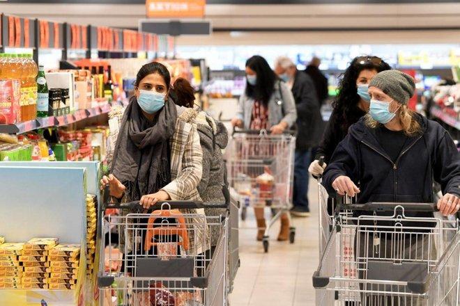التجار يتنفسون الصعداء بعد إعادة فتح المتاجر في أجزاء من أوروبا