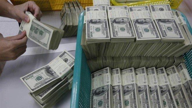 الحذر يسود الأسواق .. الدولار يربح مع تدافع المستثمرين صوب الأمان