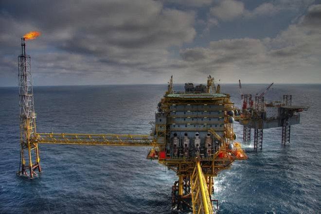 """النفط يتحول للارتفاع 0.3%.. """"برنت"""" 55.7 دولارا و""""الأمريكي"""" 53 دولارا"""