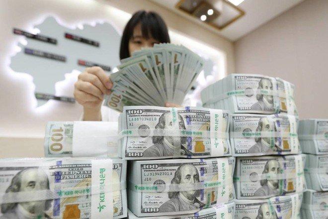 الدولار يتمسك بمكاسبه مع تبدد ارتفاع الأسهم العالمية