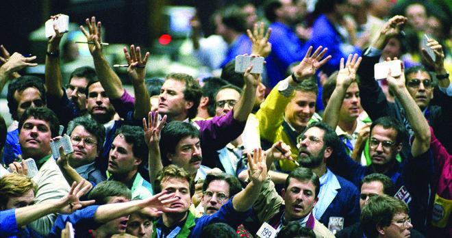 متداولو السندات في بورصة شيكاغو في 1995 يمارسون عملهم بالطريقة القديمة التي سبقت وصول العصر الرقمي.