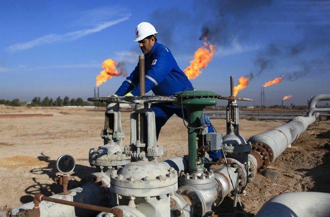 معنويات إيجابية تهيمن على السوق النفطية مع تحسن الطلب وتباطؤ عودة الإنتاج الأمريكي