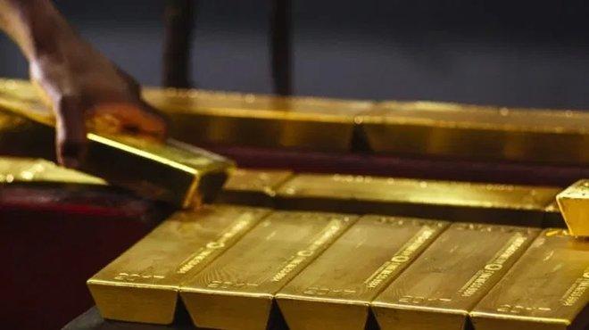 الذهب يرتفع بفعل ضعف الدولار وتراجع عوائد الخزانة الأمريكية