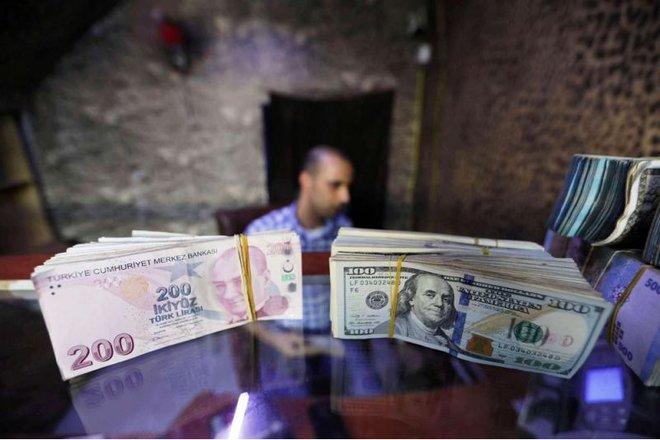 الدولار يتعثر مع تراجع عوائد سندات الخزانة الأمريكية