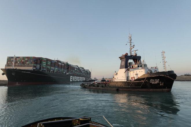 اقتصادي : تعطل قناة السويس قد يؤدي لمطالبات كبيرة على صعيد إعادة التأمين