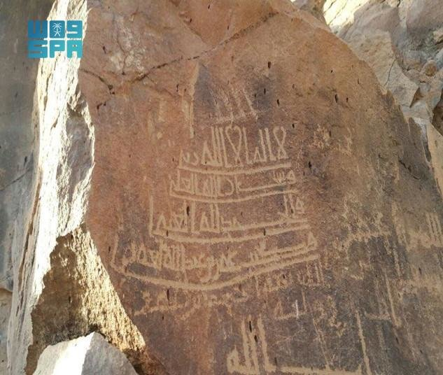"""وادي """"رواوة"""".. صحائف حجرية مطرزة بالنقوش الأثرية الإسلامية"""