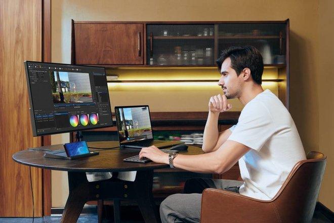 «العمل عن بعد» يوجد بيئات عمل هجينة ويرفع الاعتماد على الهواتف الذكية في العمل