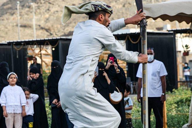 شبان يمارسون رقصة البارود أحد الفلكلورات الشعبية في الطائف أمس .