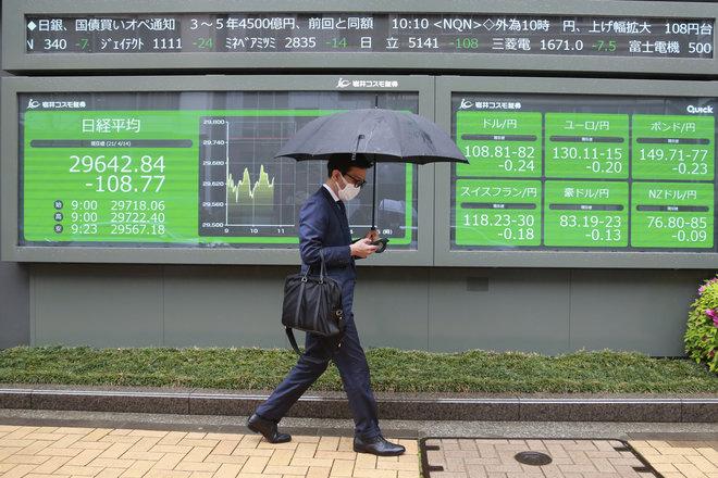 أسهم اليابان تغلق منخفضة بفعل ارتفاع إصابات الفيروس