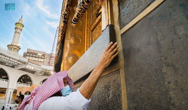 تطيب الكعبة المشرفة والمسجد الحرام 10 مرات يوميا بأجود أنواع البخور
