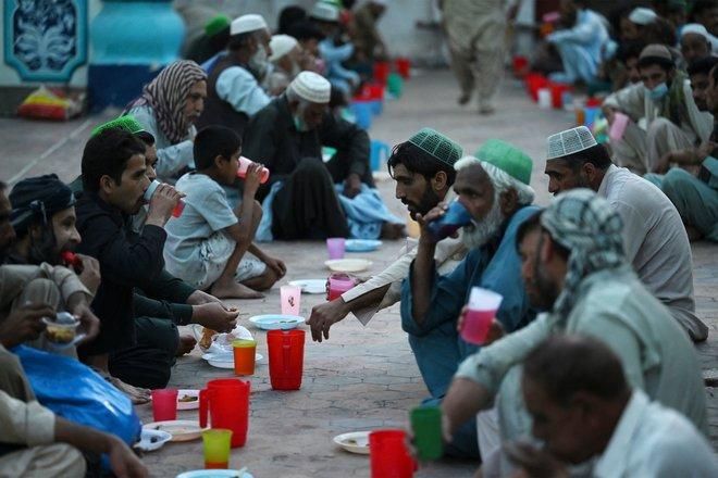 المسلمون حول العالم يتناولون وجبة الإفطار في اليوم الثاني من شهر رمضان