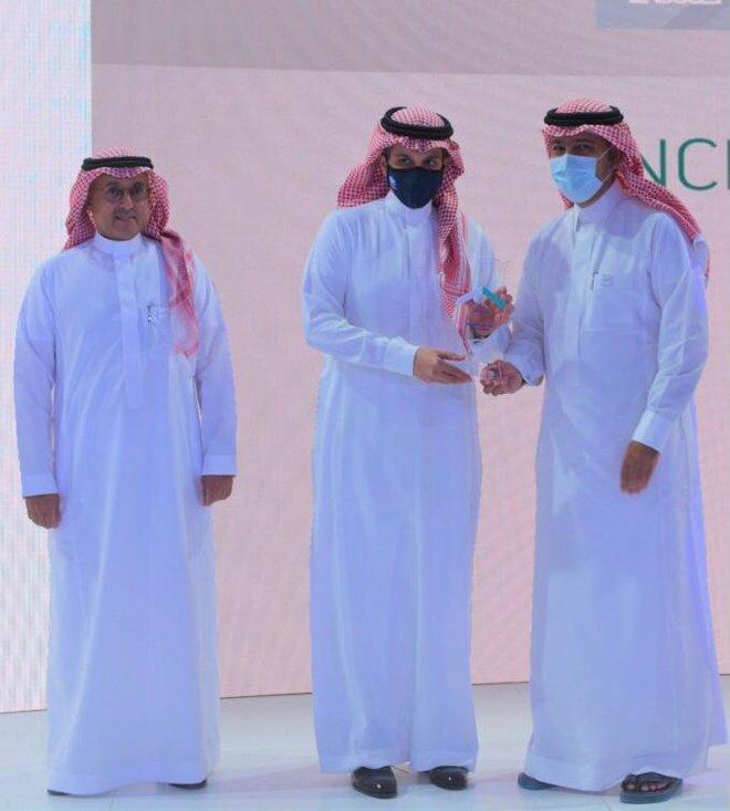 وزير الشؤون البلدية والإسكان يكرم البنك الأهلي السعودي لدوره في تمويل القطاع السكني