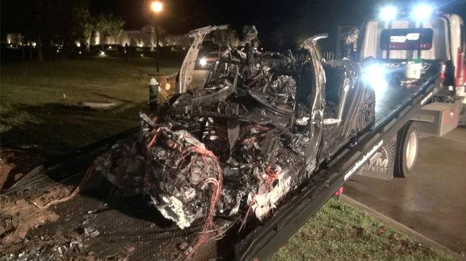 """""""تيسلا"""" تدافع عن نفسها: شخص كان يتولى قيادة سيارتنا عندما اصطدمت بشجرة في تكساس"""