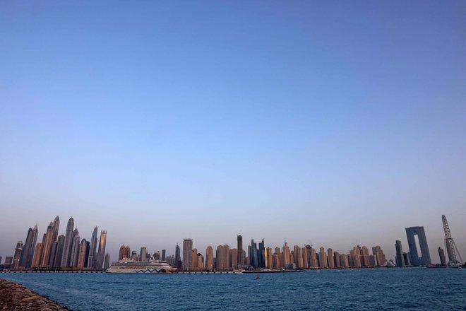 سفينة سياحية تصل لمرسى دبي وقد شهد قطاع الرحلات البحرية تضررا من الأزمة الاقتصادية الناجمة عن كورونا