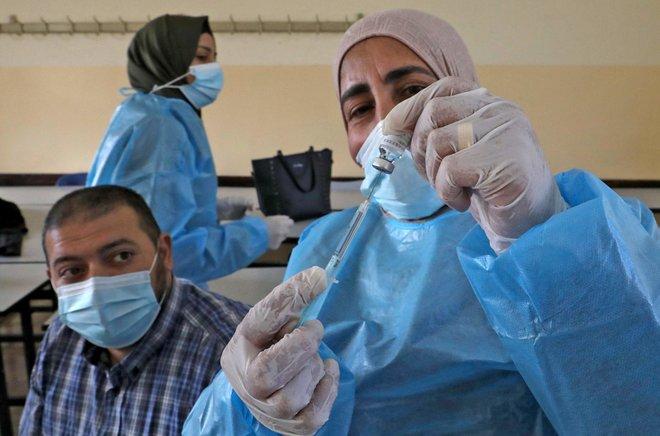 تمهيدا لإعادة فتح المدارس.. حملة تلقيح ضد فيروس كورونا للمعلمين في فلسطين