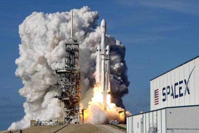 """""""سبايس إكس"""" تطلق مهمة قمرية مدفوعة بواسطة عملة """"دوج كوين"""""""