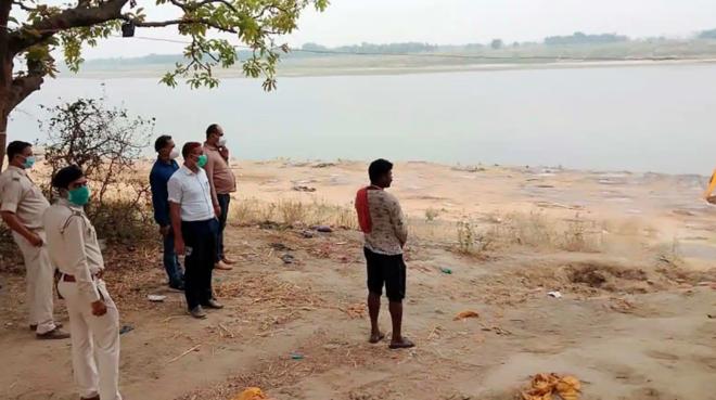الهند: إلقاء جثث ضحايا كورونا في الأنهار