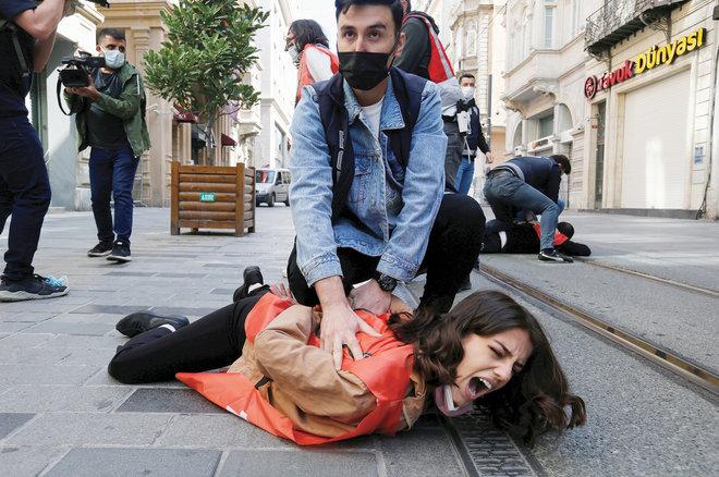 ضباط شرطة يرتدون ملابس مدنية يعتقلون متظاهرين في مدينة إسطنبول