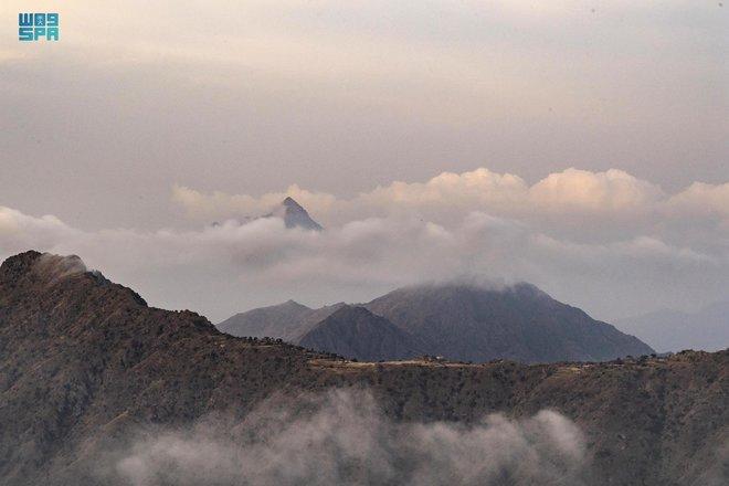 السحاب يعانق قمم الجبال في الباحة