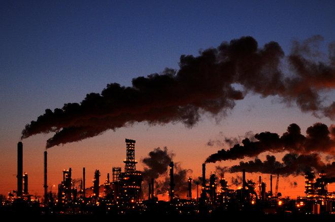 أسعار النفط تصعد أكثر من 1% مع تحسن المعنويات بفعل آمال الطلب