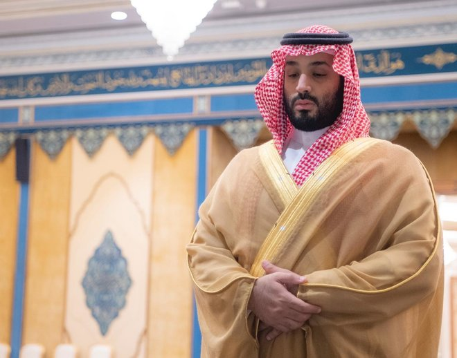 ولي العهد يؤدي صلاة الميت على والدة نائب أمير الرياض
