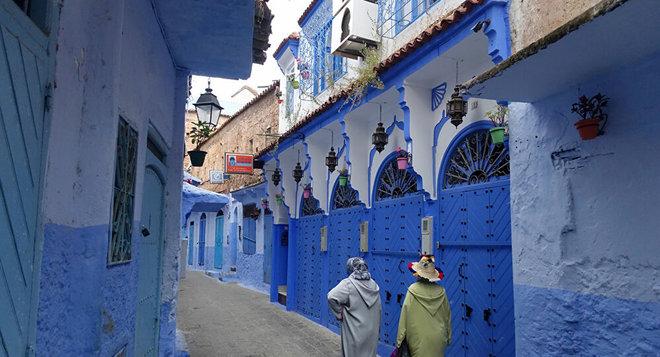 المغرب يخفف القيود ويسمح بإقامة التجمعات والأنشطة