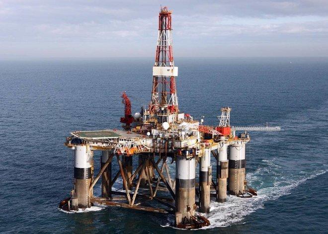 النفط يهبط مع إخفاق بدء موسم القيادة الصيفية الأمريكي في زيادة طلب الوقود