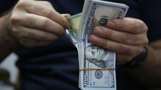 تقطع السبل بالدولار مع تجاهل المستثمرين لارتفاع قوي للتضخم