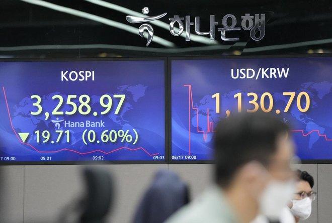 الأسهم اليابانية تنخفض مع ميل المركزي الأمريكي صوب تشديد السياسة