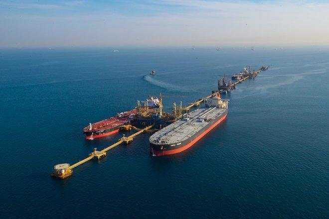 عقود النفط تواصل خسائرها وتهبط دولارين للبرميل