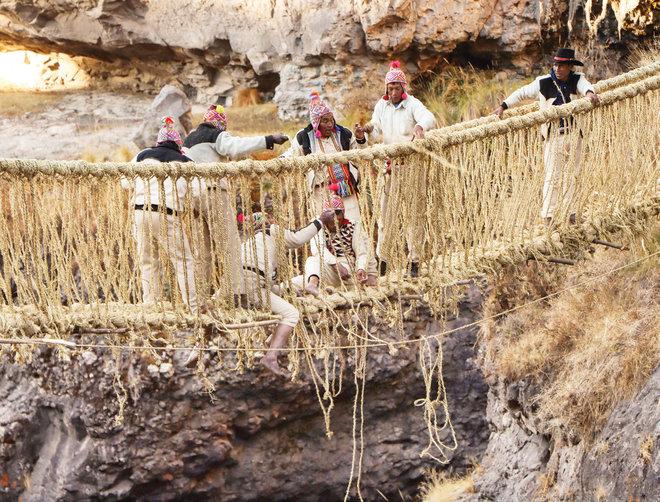 فلاحون يرممون جسرا معلقا من الحبال عمره أكثر من 500 عام في البيرو
