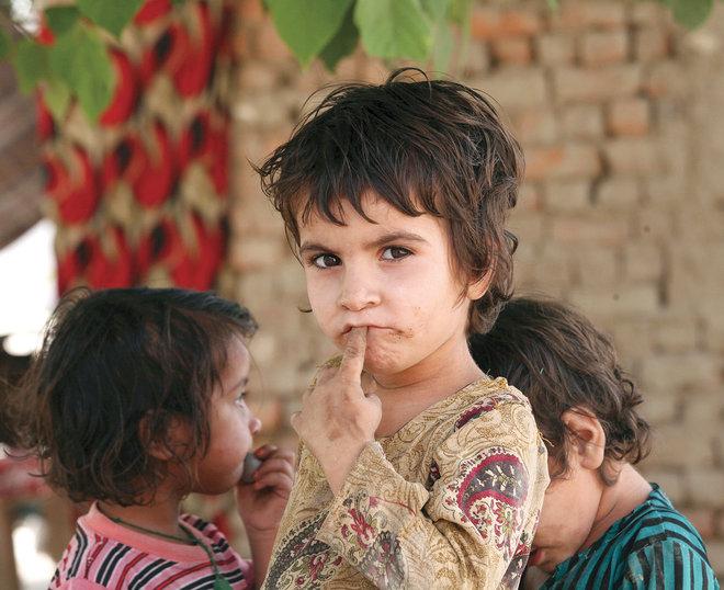 طفلة أفغانية في مخيم للاجئين في ضواحي بيشاور الباكستانية