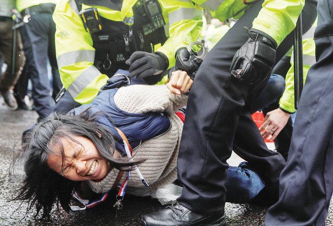 الشرطة البريطانية تعتقل متظاهرة خلال احتجاجات مناهضة للقاح كورونا في لندن