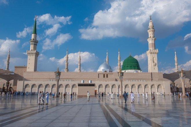 إعفاء مدير شؤون الأئمة والمؤذنين في المسجد النبوي ووكيله نظرا للقصور في العمل