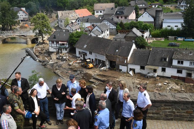 ميركل تصف الفيضانات بالمخيفة وتتعهد بإعادة الإعمار