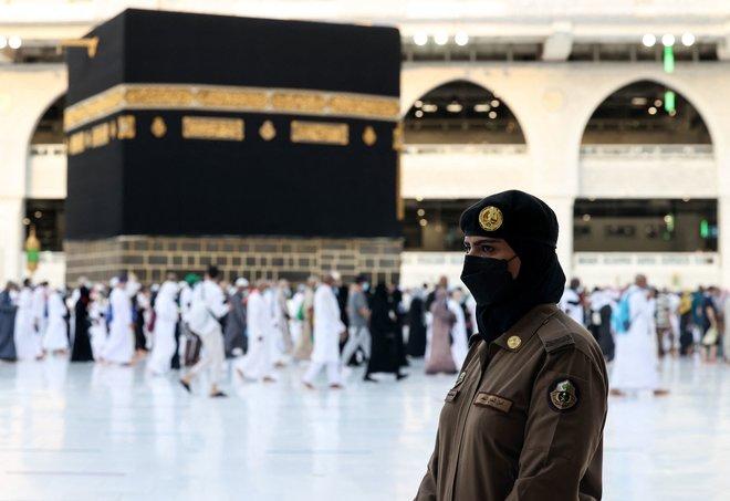 شرطيات سعوديات يمارسن عملهن أثناء قيام المصلين بالطواف حول الكعبة المشرفة