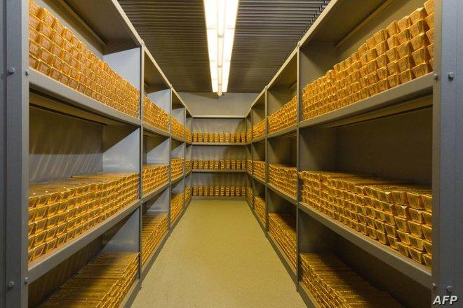 مكاسب الدولار وانتعاش عوائد السندات يلقيان بظلالهما على جاذبية الذهب