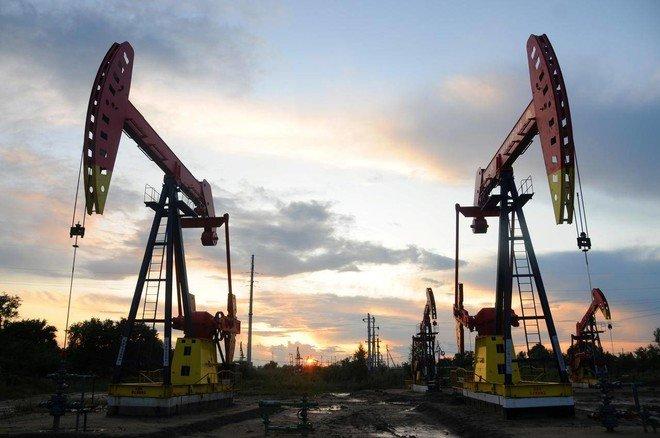 النفط يهبط 3.3 % متضررا من مخاوف الطلب وزيادة في إمدادات أوبك
