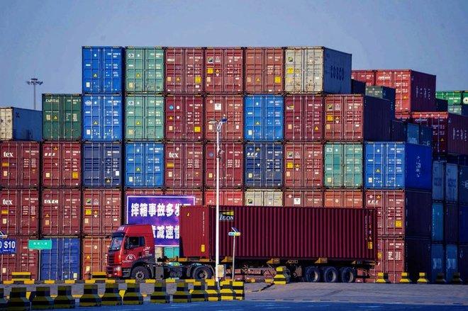 أزمة نقص حاويات الشحن البحري .. المستهلك يدفع الثمن