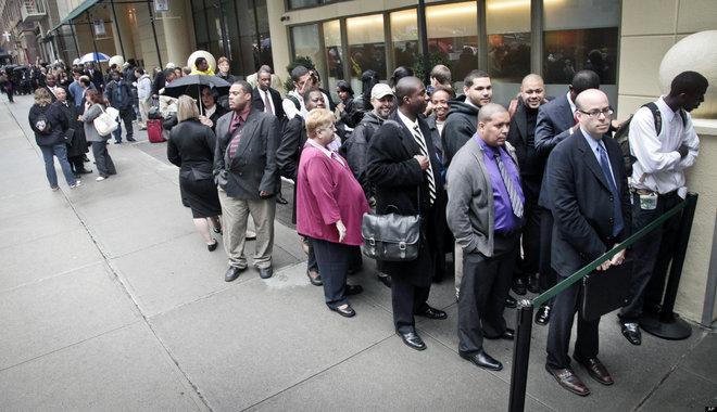 تراجع طلبات إعانة البطالة الأمريكية وتسريح العمالة عند أدنى مستوى في 21 عاما