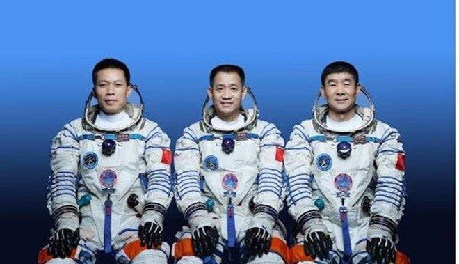 رواد صينيون يعودون إلى الأرض بعد إنجاز مهمة في الفضاء
