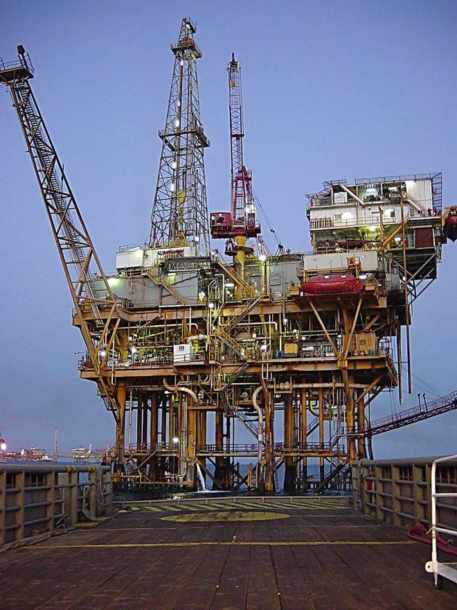 رغم التقلبات .. تعطل الإنتاج الأمريكي يدعم صعود النفط