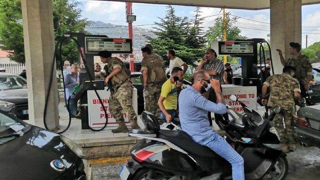 لبنان ترفع أسعار البنزين 37 % للتصدي لأزمة مالية طاحنة